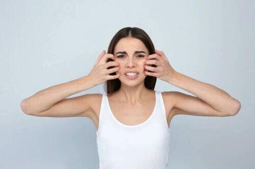 Une femme atteinte de dermatite faciale.