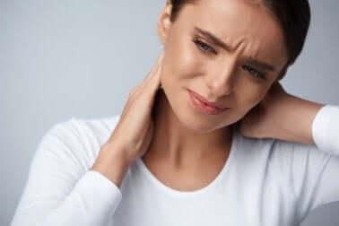 Une femme qui a mal au cou.