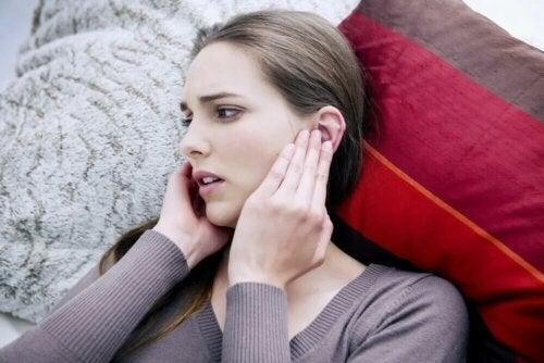 Une femme qui a mal à l'oreille.