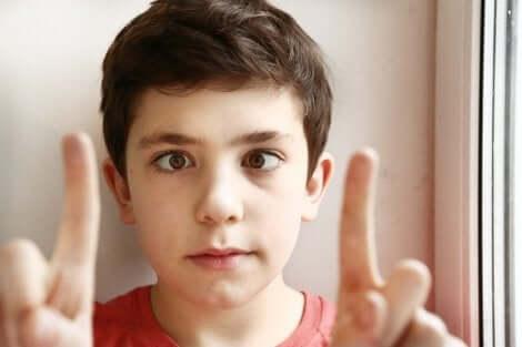 Un enfant avec un œil paresseux.