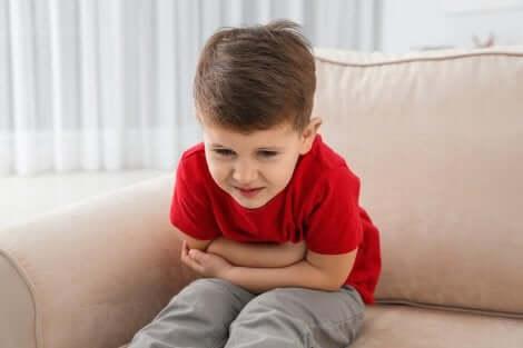 enfant qui a mal à l'estomac