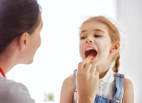 Examen de la gorge d'une jeune fille.