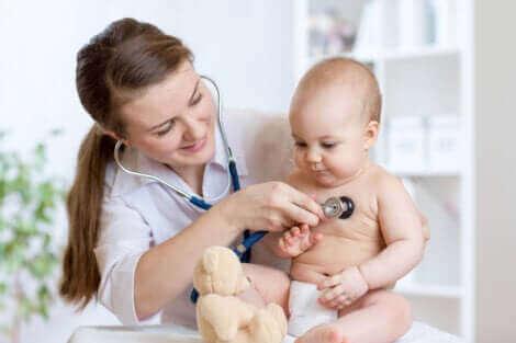 Un bébé chez un médecin.