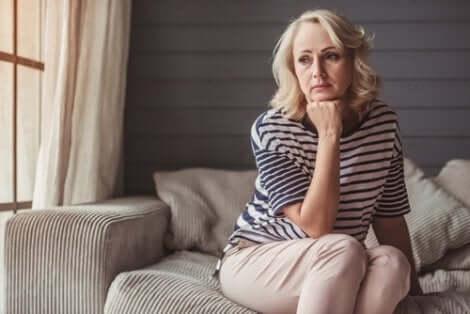 Une femme ménopausée dans ses pensées.