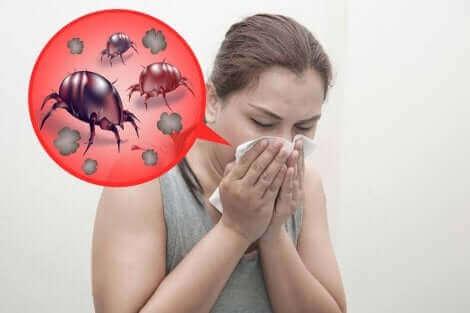 Une femme allergique aux acariens.