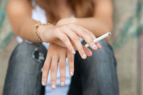 Une adolescente qui fume.