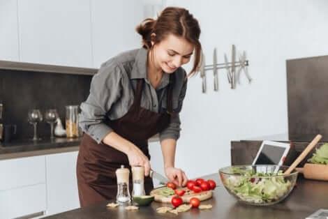 Une femme qui cuisine une salade.