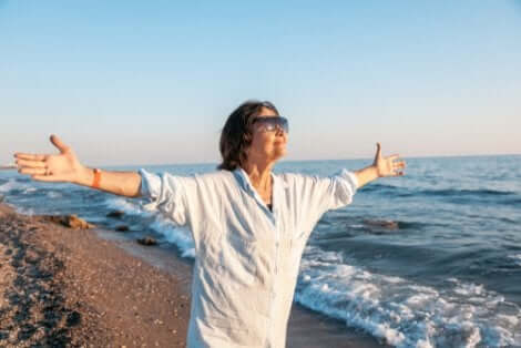 Une femme heureuse au bord de la mer.