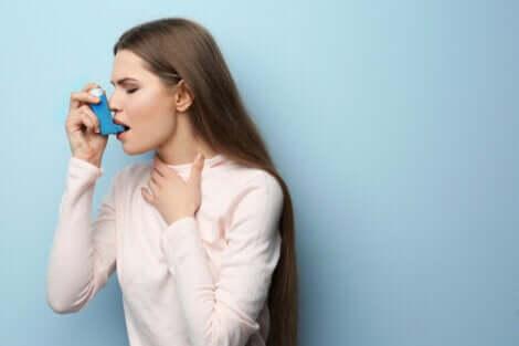 Une femme avec un inhalateur contre l'asthme.