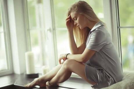Une jeune femme dans ses pensées.
