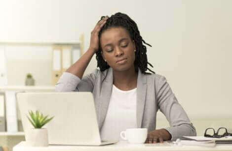Une femme souffrant de migraine.
