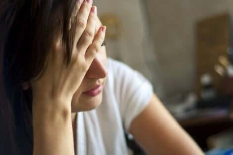 Une femme avec des maux de tête symptômes de démence.