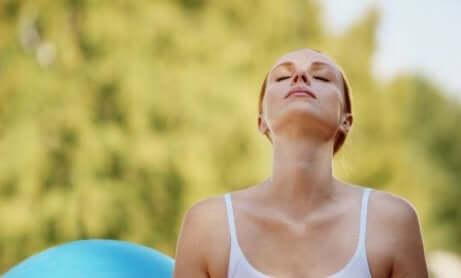 Une femme qui fait des exercices de respiration.
