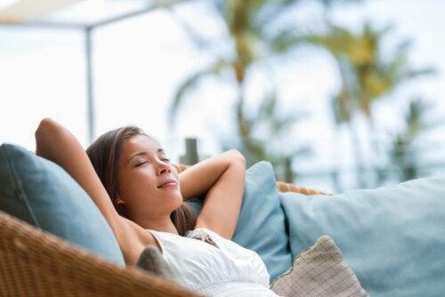Une femme calme et sereine sur son canapé.