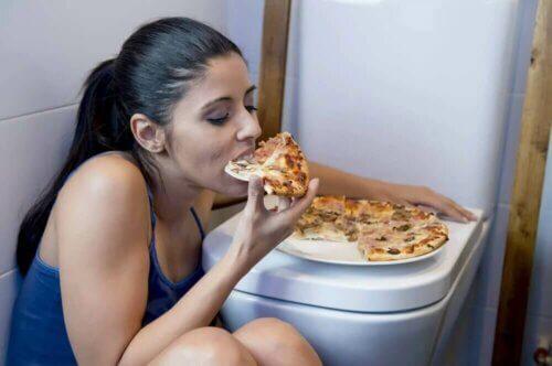 Une femme se cachant pour manger.