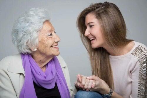 Une petite-fille et sa grand-mère.