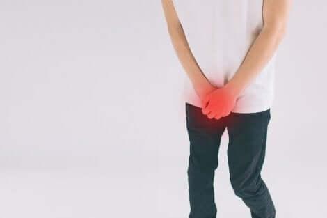Un jeune homme souffrant d'inflammation aux testicules.