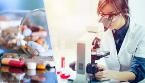 Une femme étudie en laboratoire.