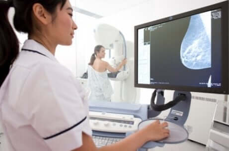 Une femme qui fait une mammographie.