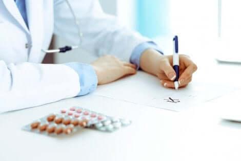 Un médecin qui prescrit des médicaments.