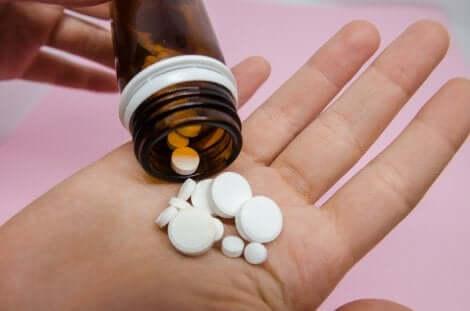 Médicaments dans une main.