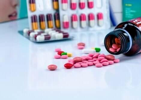 Des gélules colorées de dicloxacilline.