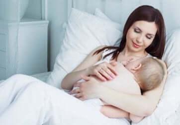 Une maman qui allaite.