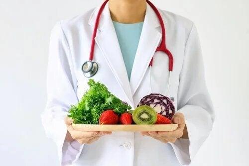 Un nutrionniste proposant de manger des fruits et légumes.