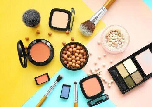 Les composants des cosmétiques peuvent irriter la peau.