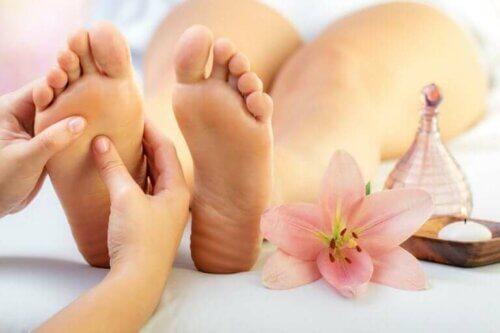 Plantes des pieds jaunes : pourquoi cela se produit-il ?