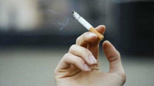 Le tabac est un facteur de risque de cancer oral.