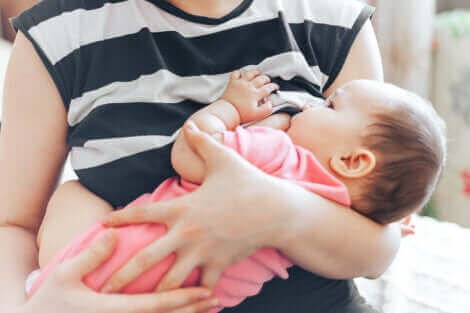 Une femme qui allaite un bébé.