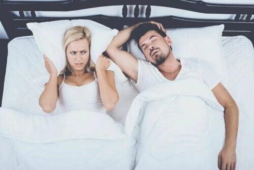 L'apnée du sommeil est l'un des troubles qui peut provoquer une somnolence excessive. En outre, cette condition peut être liée à de l'insomnie ou à des interruptions de sommeil.