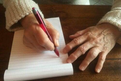 La bosse de l'écrivain : pourquoi apparaît-elle et comment la traiter ?