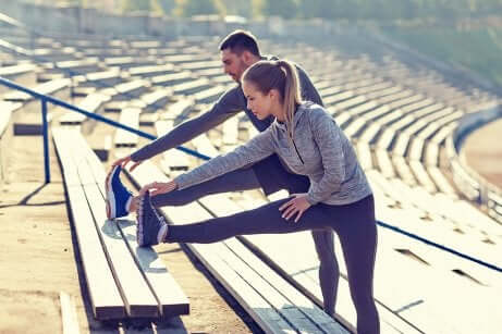 Un couple qui fait du sport.