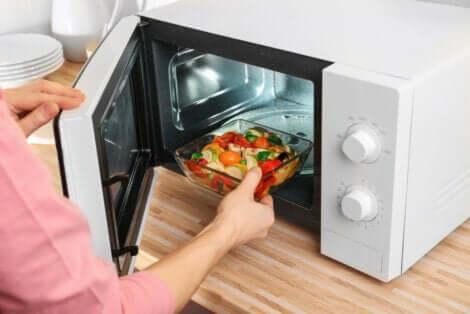 Cuisiner au micro-ondes.