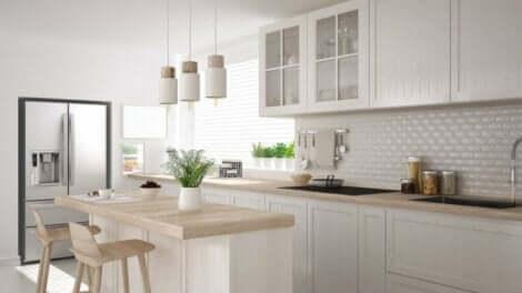 Une cuisine toute blanche.