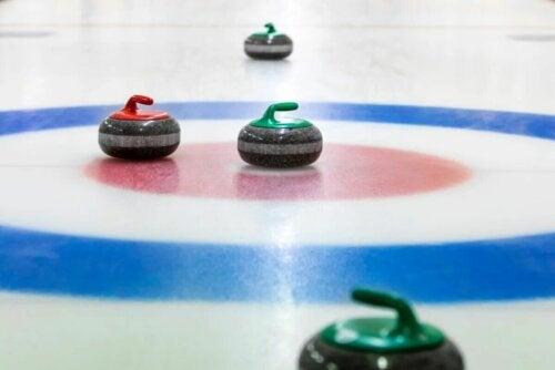 Le curling se joue sur la glace.