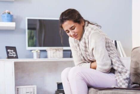 Une femme avec une douleur abdominale.