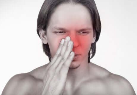 Une douleur au nez.