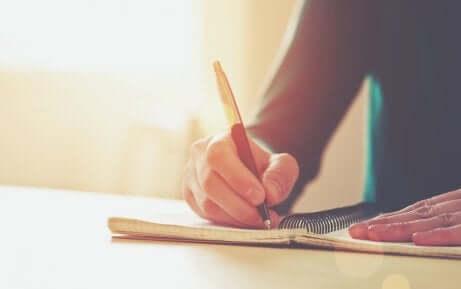 Une personne en train d'écrire.