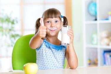 Une enfant qui boit du lait.