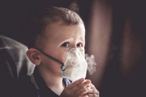 Un enfant avec un masque d'oxygène.