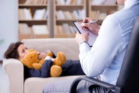 Un enfant en thérapie.