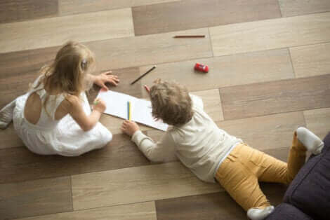 Des enfants dessinant sur le sol.