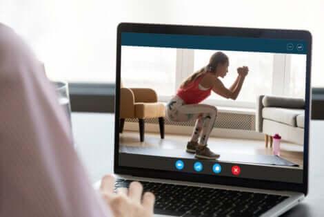 Un écran d'ordinateur avec une femme qui fait des squats.