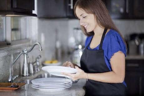 Une femme faisant la vaisselle.