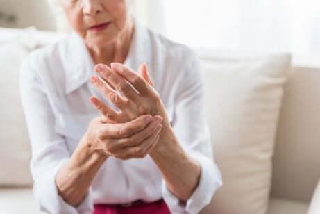 Une femme souffrant d'arthrite dans les mains.