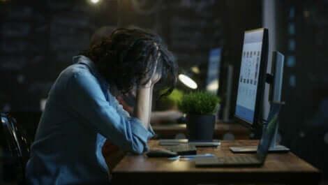 Une femme devant un ordinateur.