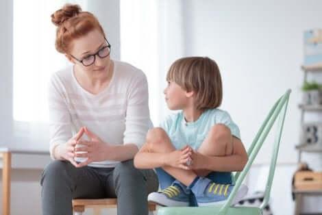 Une femme et un garçon qui discutent.